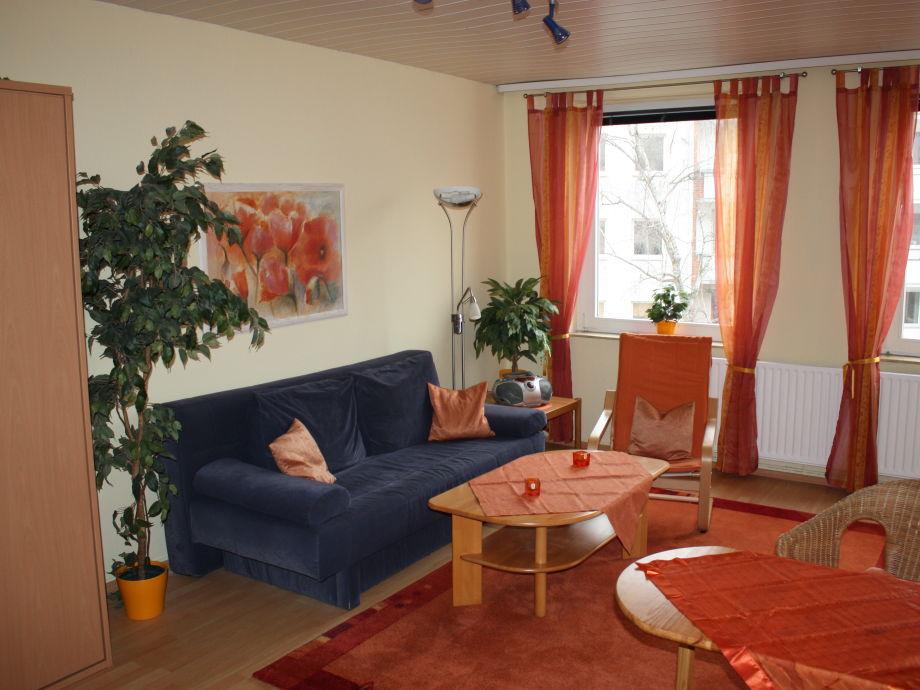 Wohn-/Schlafzimmer mit Blick auf Fensterfront