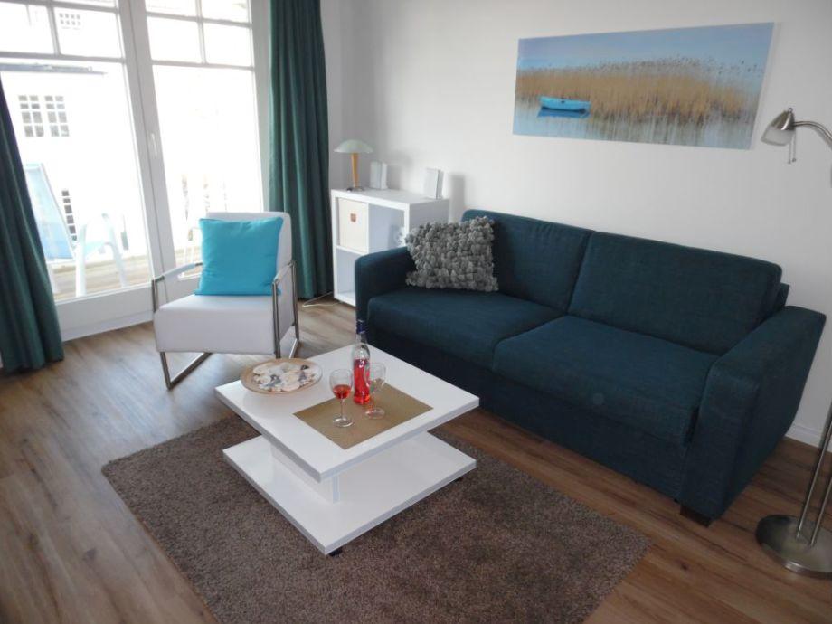 Das gemütliche Wohnzimmer mit Ausklappcouch und Sessel
