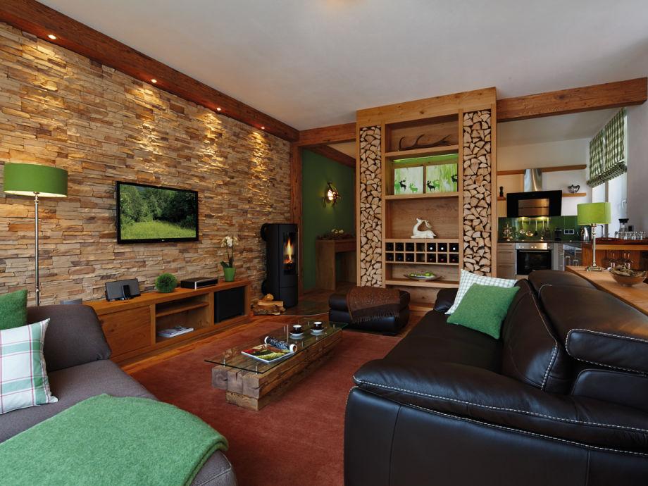 Das Wohnzimmer und die offene Küche