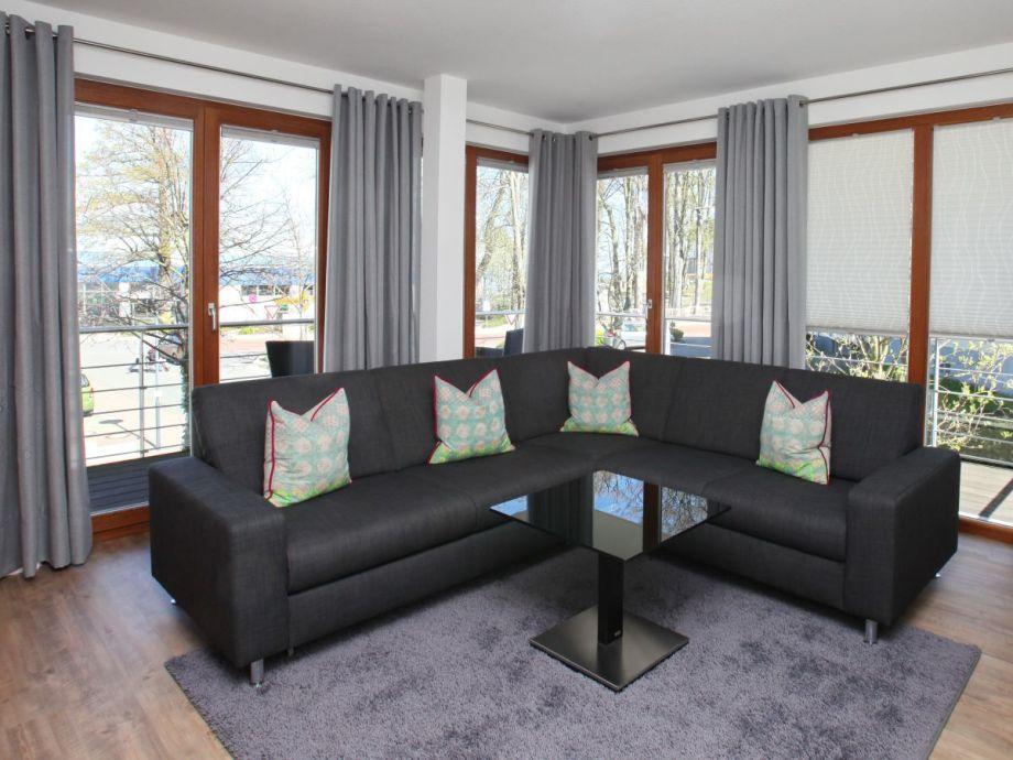 Wonzimmer mit einer großen Fensterfront