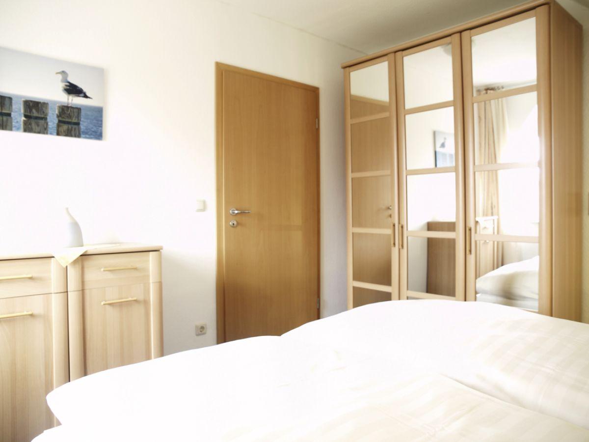 Seewind ferienwohnung 4 duhnen cuxhaven nordsee for Spiegelschrank schlafzimmer