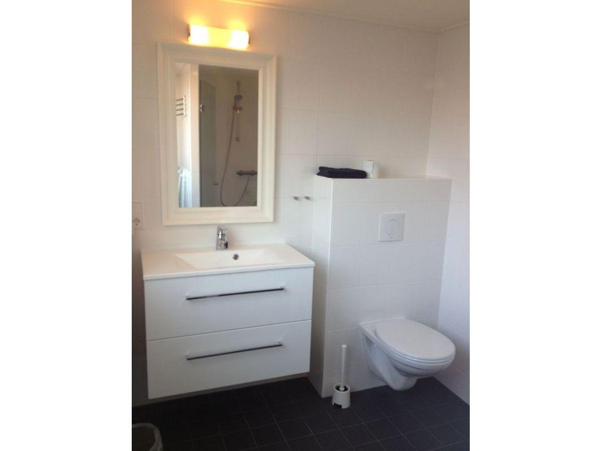 Ferienwohnung beatrixstraat 13 1 etage walcheren - Badezimmer mit dusche und badewanne ...