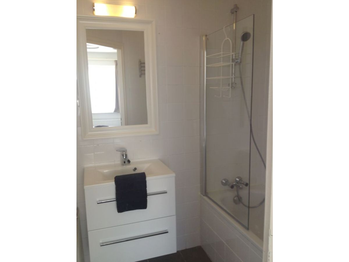 Ferienwohnung beatrixstraat 13 erdgeschoss walcheren - Badezimmer mit dusche und badewanne ...