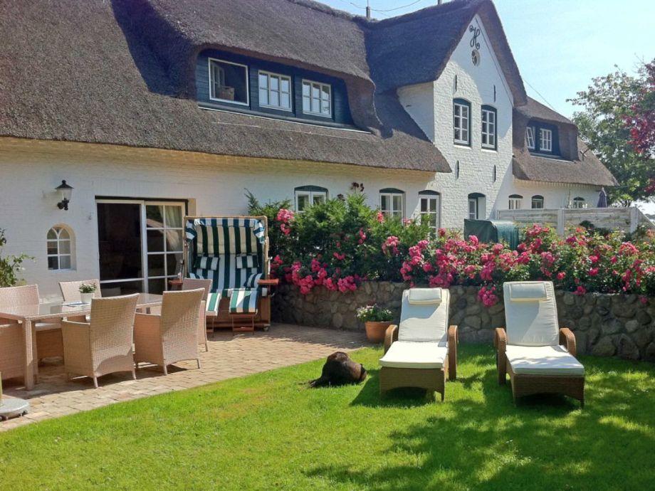 Wunderschöner Außenbereich mit Garten, Terrasse und Strandkorb