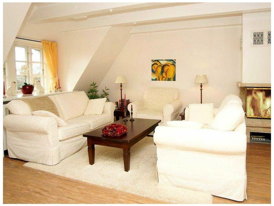 Dieses schöne helle Wohnzimmer lädt zum Verweilen ein!