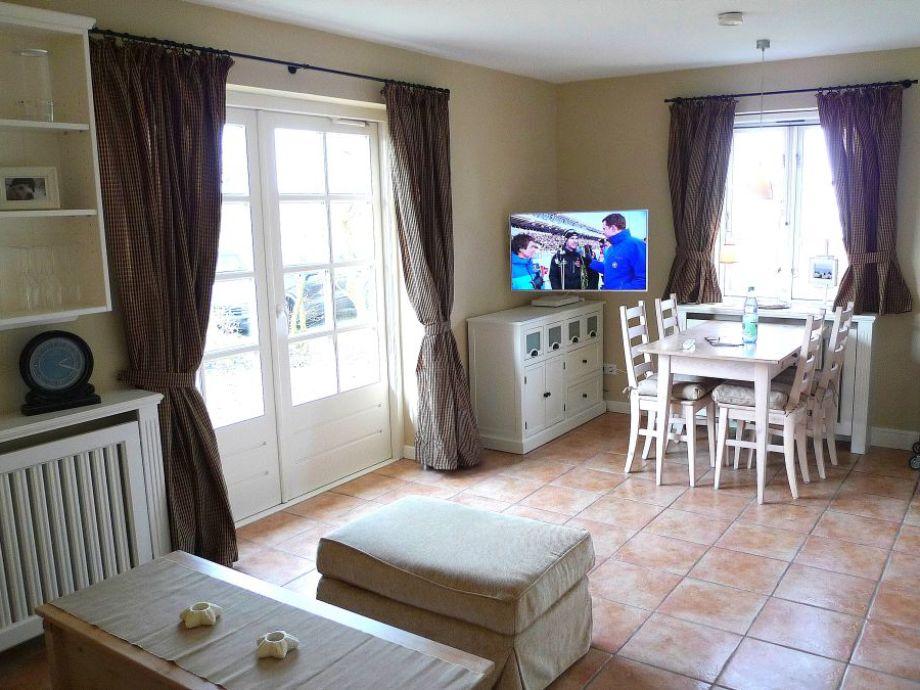 Großzügiger Wohnbereich mit großem Flachbild TV