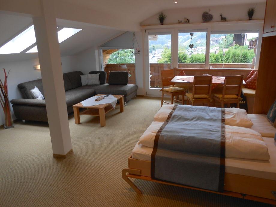 Raumsparbett mit Couch im Hintergrund