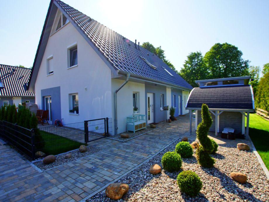 Eingangsseite mit Gartenhaus