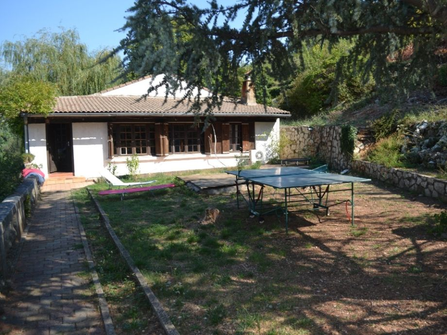 Ferienhaus von vorn, mit Tischtennisplatte