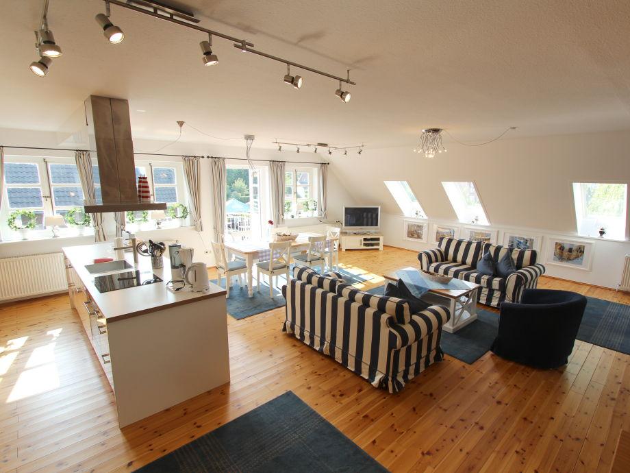 Blick in das riesige Wohnzimmer - mit Einbauküche.