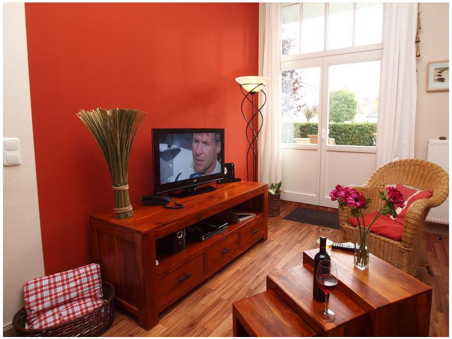 Wohnbereich mit Flatscreen-TV und Terrassenzugang