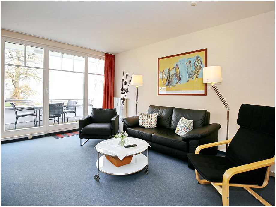 Wohnbereich mit Doppelschlafcouch und Balkon