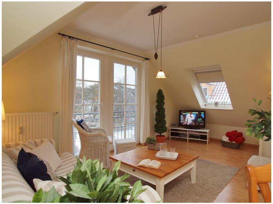 Wohnbereich mit Couch und Flatscreen-TV