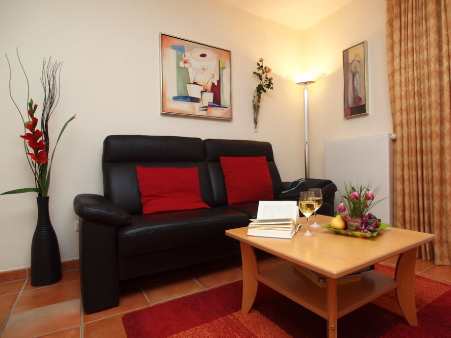 Wohnzimmer mit Terrasse und Flatscreen-TV
