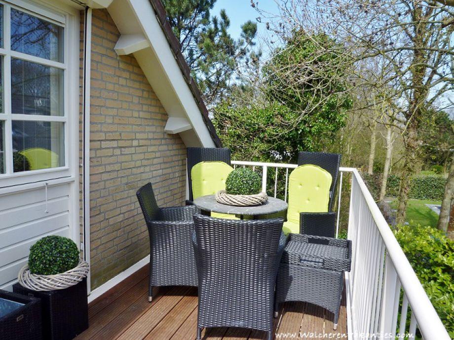 Ein großer Balkon mit Gartenmöbel