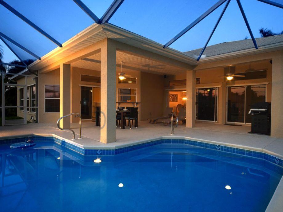 Pool mit Terrasse bei Dämmerung