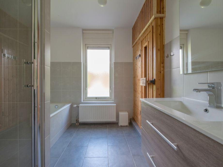Luxus ferienhaus roompot beach resort zeeland kamperland for Grosartig luxus badezimmer weis mit sauna