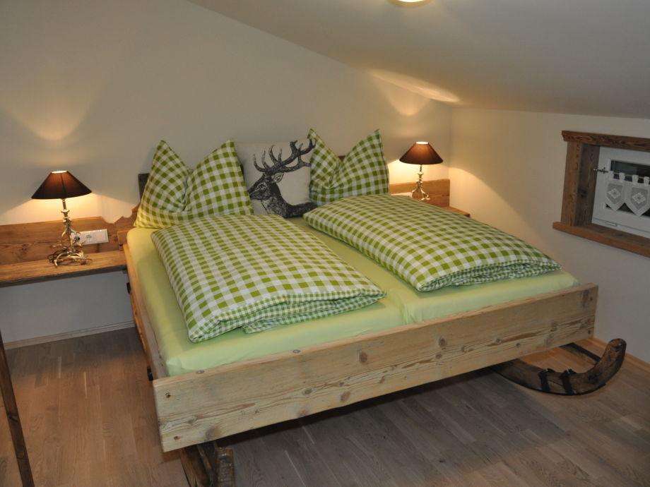 Schlafzimmer mit Schlittenbett