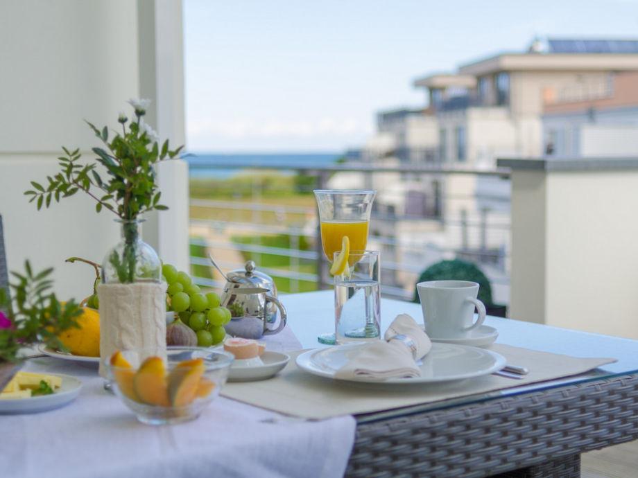Frühstückstisch auf der Dachterrasse.