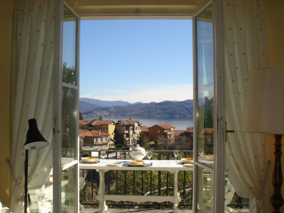 Blick vom Wohnzimmer auf den Balkon mit herrlichem Ausblick