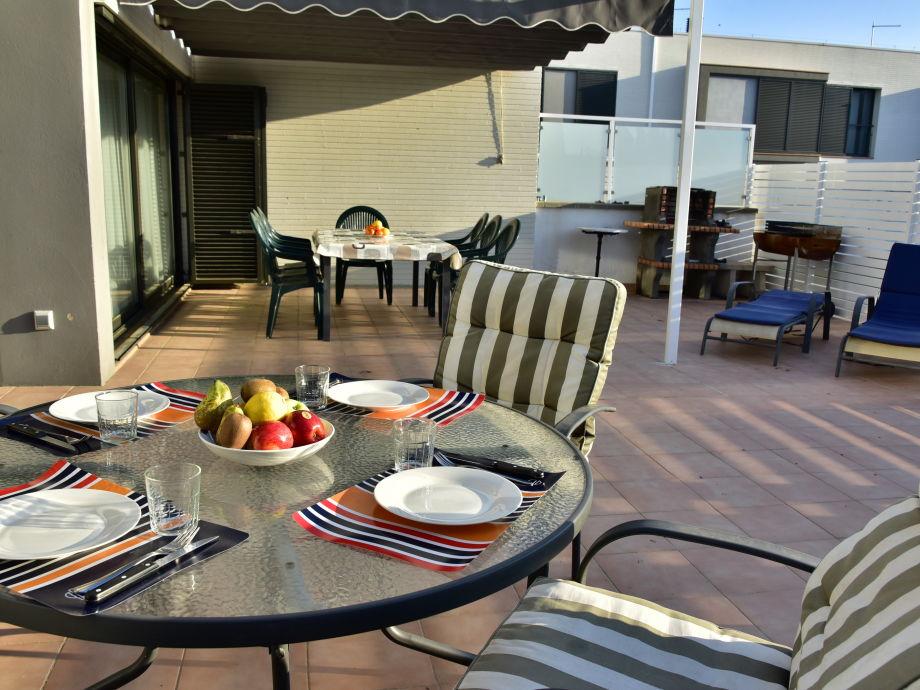 Großer Terrassenbereich mit Sonnenschutz