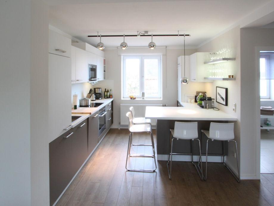Offene kuche mit tresen ~ Ideen für die Innenarchitektur ...