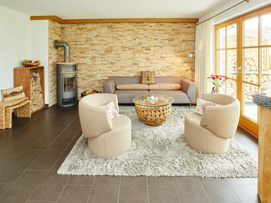 Modernes Wohnzimmer mit Sessel und Kaminofen