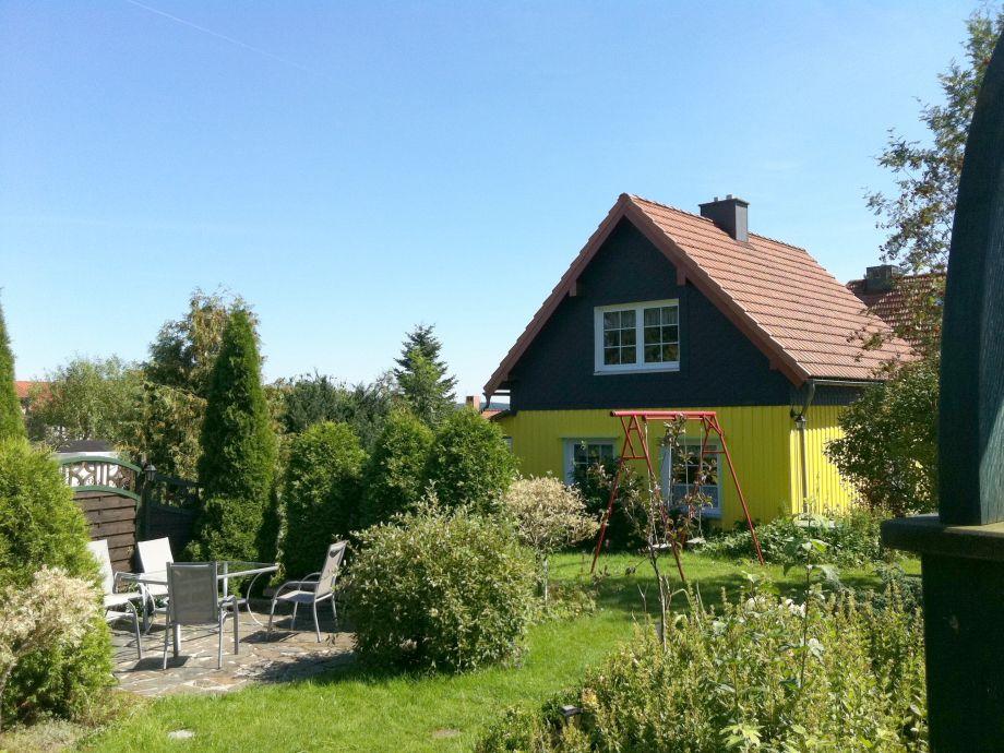 Viele Sitzecken laden im Garten zum Erholen ein
