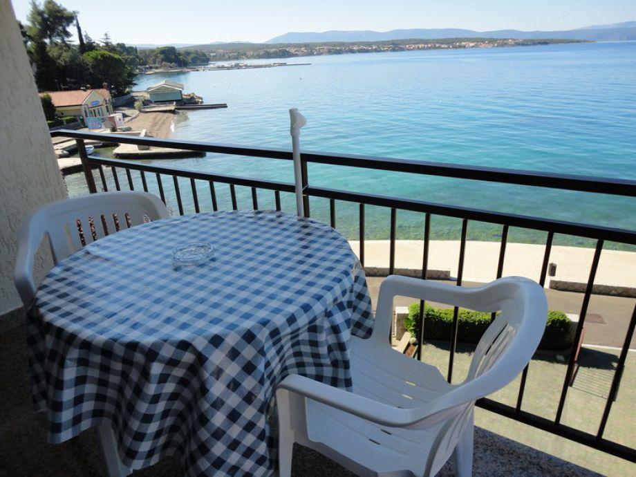 Balkon mit Garten und Stühlen