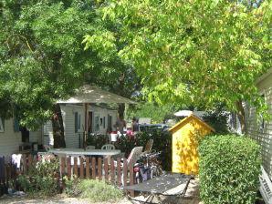 Wohnwagen auf Ferienanlage mit Pool