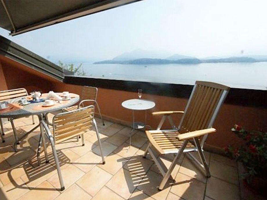 Großer Balkon mit Blick auf den Lago Maggiore