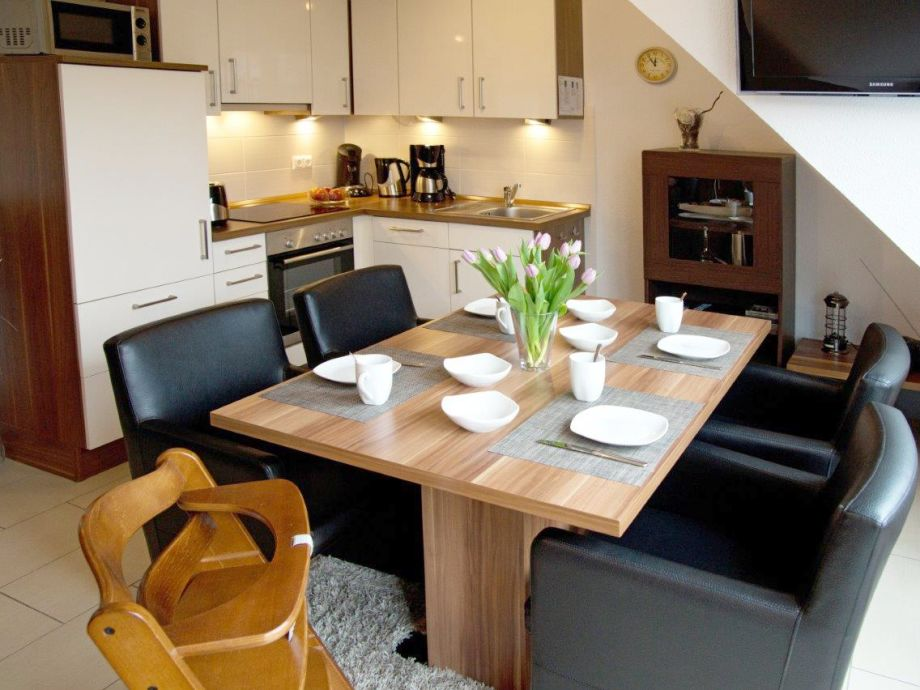 Esstisch und moderne Küchenzeile