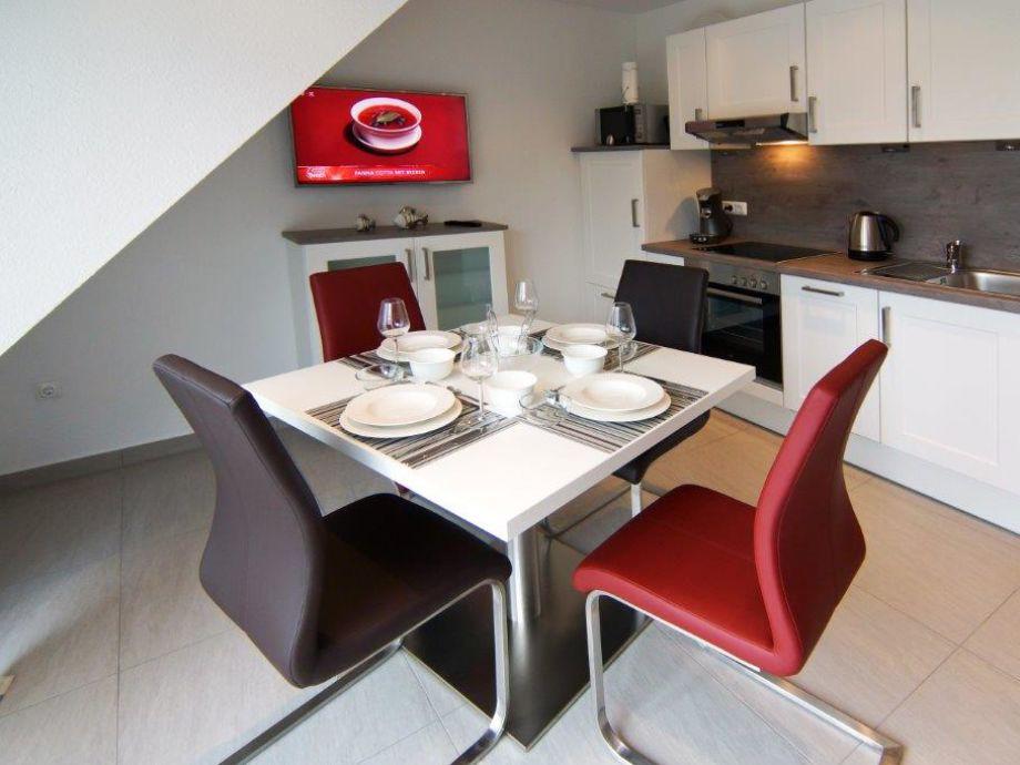 Moderne Küchenzeile und Esstisch