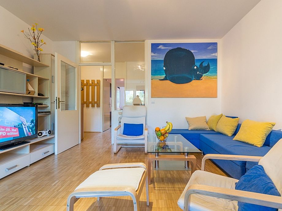 Schönes Wohnzimmer mit blauer Sofaecke