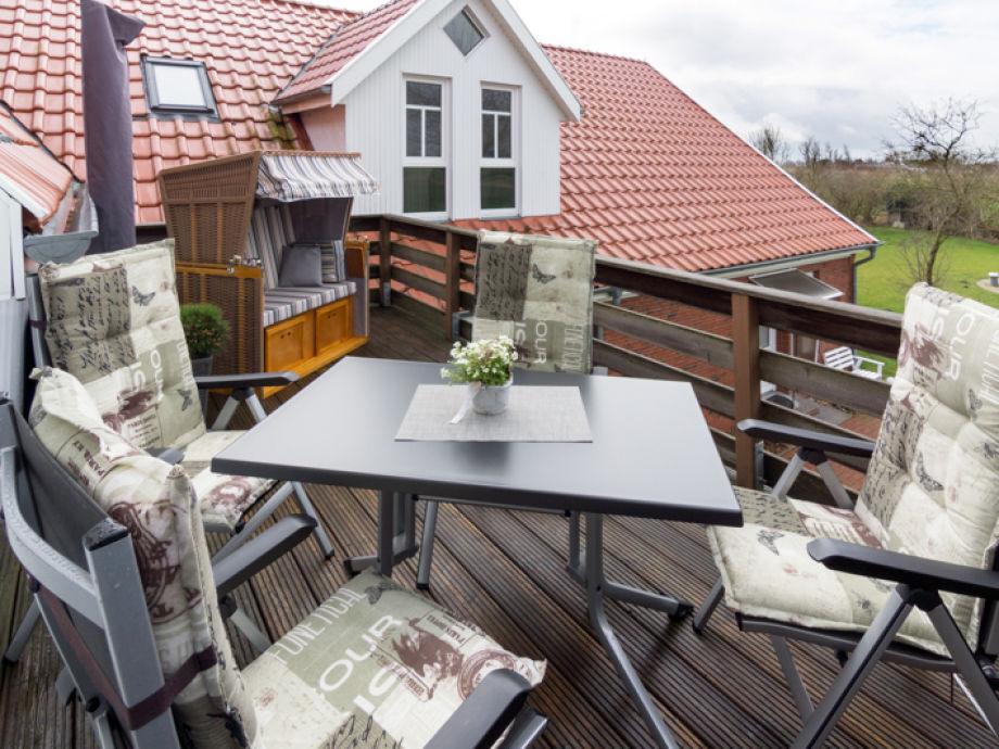 Dachterrasse mit Möbeln und Strandkorb