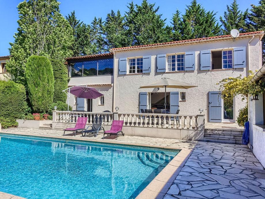 Außenaufnahme mit Pool und Garten direkt in Vallauris