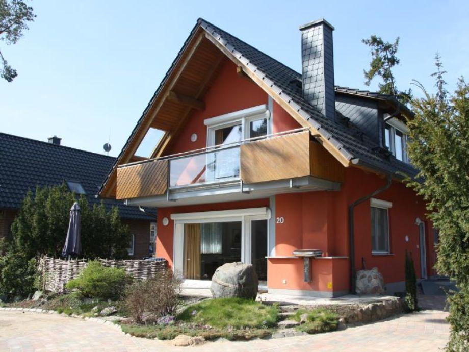 Blick auf Haus und Vorgarten