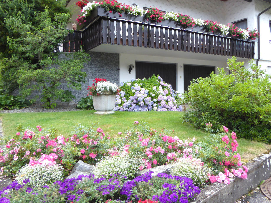 Blütenpracht vor dem Haus