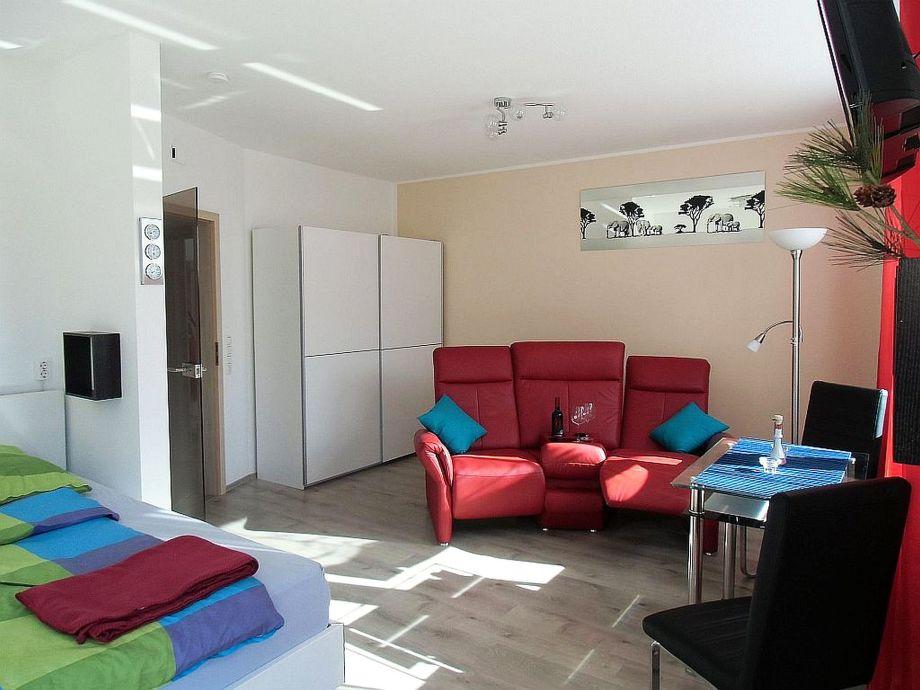 Großzügiger Wohnbereich mit  LCD-TV