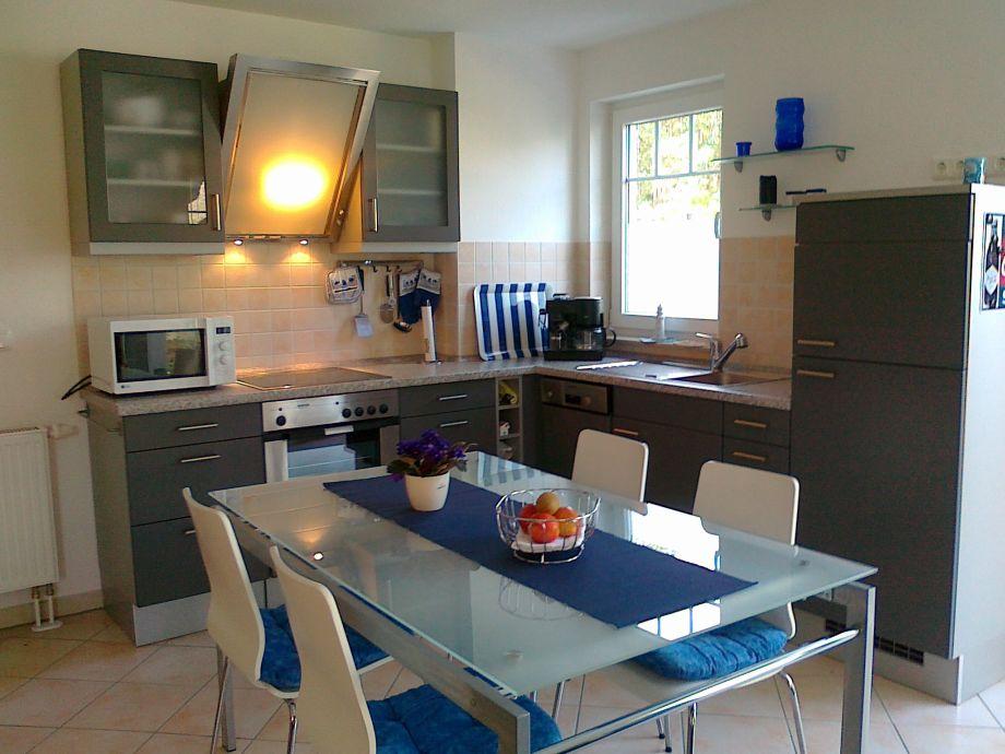 offene Küche und Esstisch