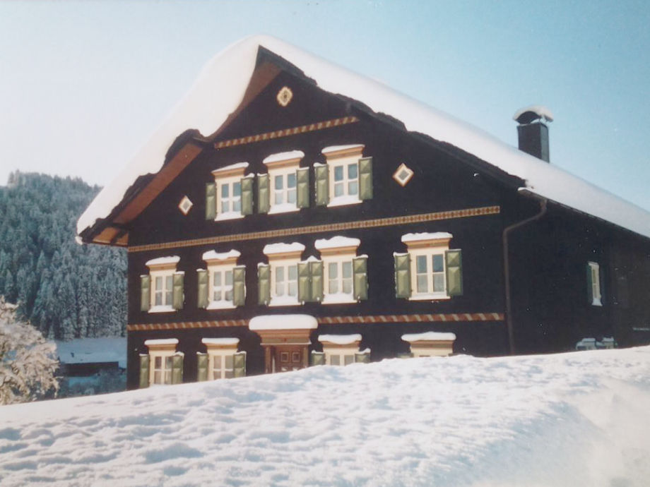 Ostansicht des Hauses im Winter
