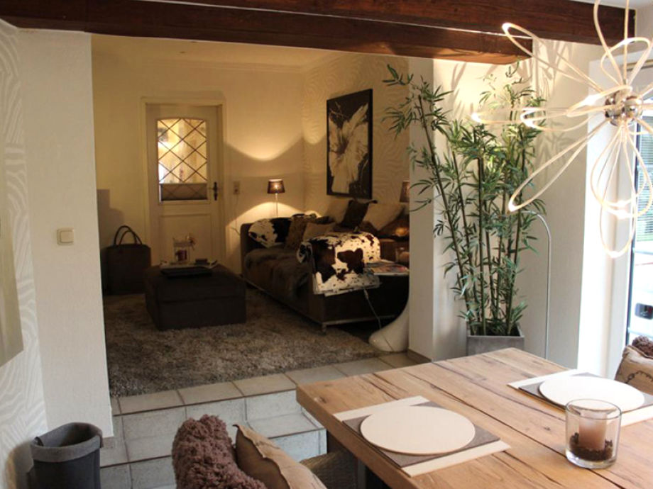Das gemütliche Wohnzimmer mit Esstisch