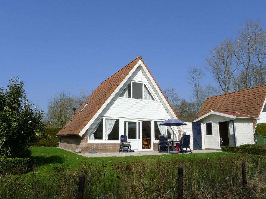 Terrasse auf der Südseite mit Gartenmöbel