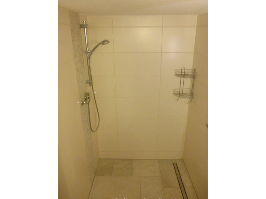 ebenerdige dusche fliesen ebenerdige dusche pictures bodengleiche ebenerdige dusche youtube. Black Bedroom Furniture Sets. Home Design Ideas