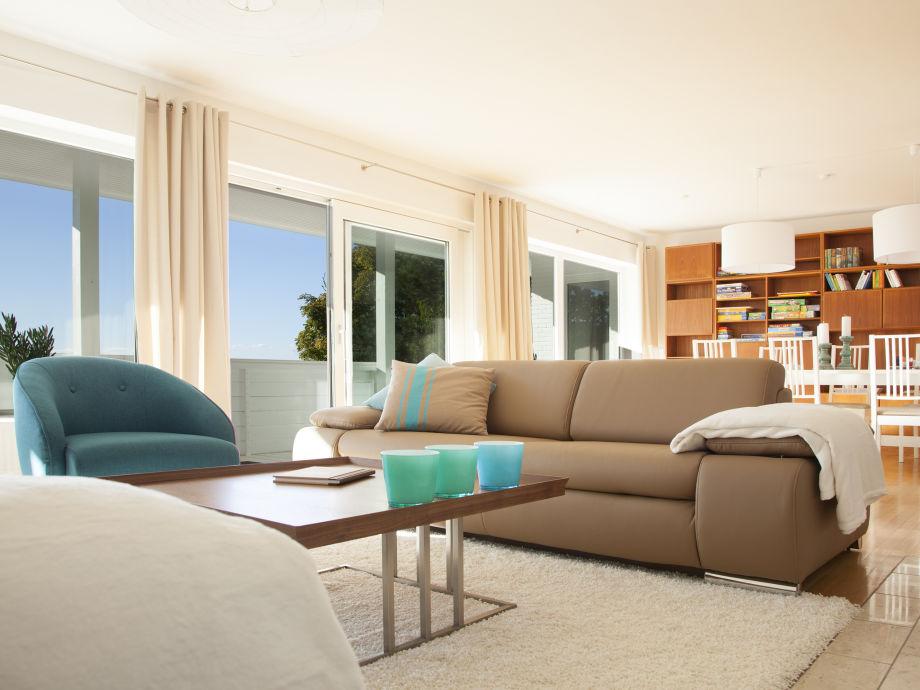 Wohn- und Esszimmer mit lichtdurchfluteter Fensterfront