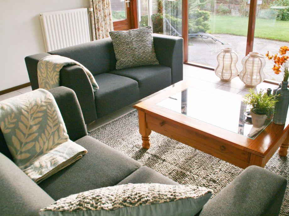 Helles Wohnzimmer mit bequemer Sitzecke