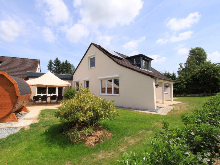 Terrasse mit Garten-Fasssauna, Pavillon, Steingrill...