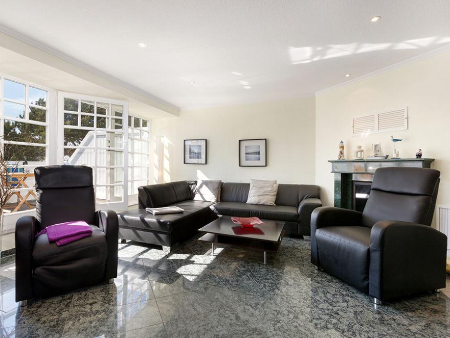 Das schicke Wohnzimmer mit Kamin.
