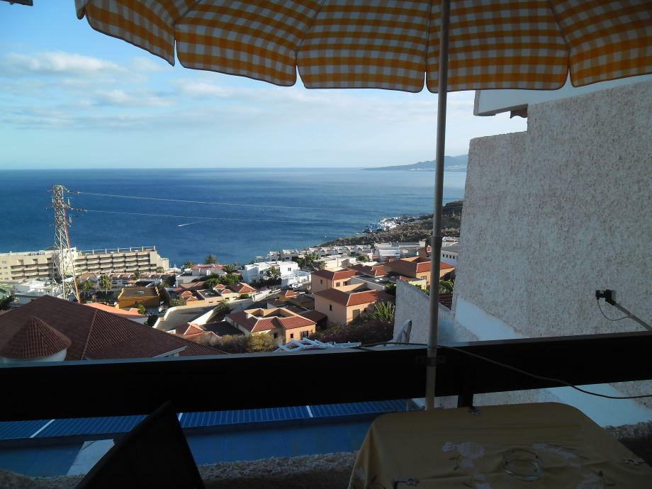 Blick über den Balkon auf das Meer