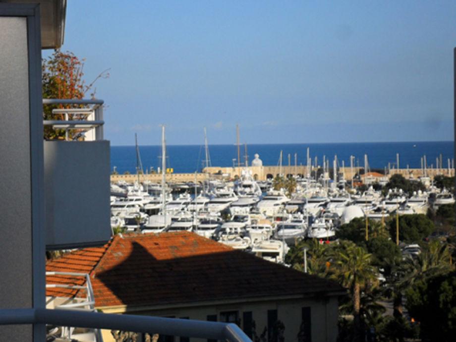Seitliche Sicht von der Terrasse auf Hafen & Meer